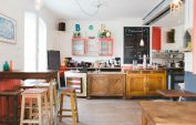 Le-Pavillon-des-Canaux-Tables-et-comptoir-_-630x405-_-©-My-Little-Paris